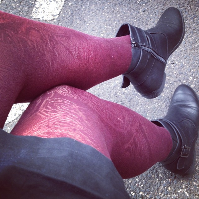 Day 22: Pins with punch...calls for some printed tights! #foxinflatsstyledare