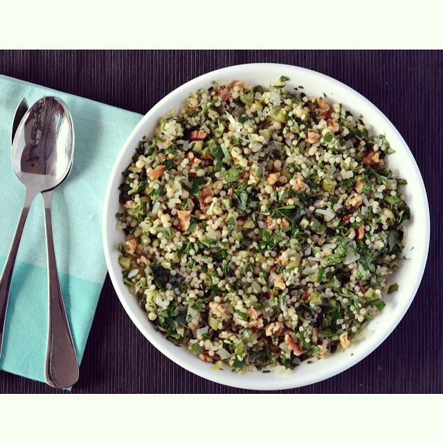 The herby Israeli couscous salad is full of flavour, super simple to whip up and perfect on its own or as a side dish. There's really no reason not to make it! Don't forget to add your recipes to the #meatlessmonday linkup as well! #salad #herbs #couscous #linkup