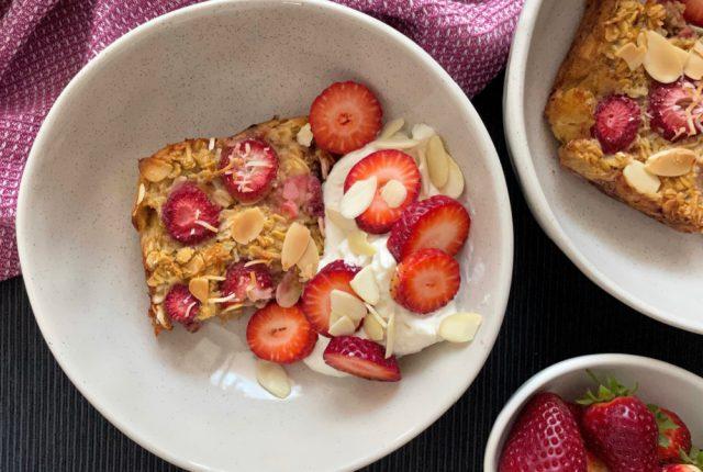 Strawberry Almond Overnight Oatmeal | I Spy Plum Pie